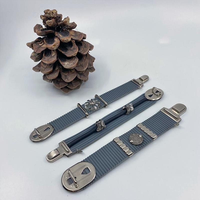Bracelet en caoutchouc customisé, de 25€ à 35€ du plus fin au plus épais.
