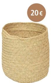 CORBEILLE À PAPIER : En feuille de palmier, cette corbeillea été patiemment tressée afin decréer le parfait objet de décoration.Élégante et éthique, elle peut êtreutilisée pour les papiers de bureau oucomme cache-pot.Dimensions : Diamètre : 20 cm /Hauteur : 18 cm