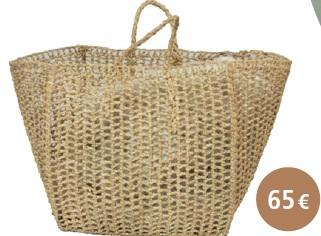 PANIER CUBE : En feuilles de palmier nouées, les mailles de ce sac sontajourées. Idéal en décoration pour ranger des magazines oubien en cache-pot d'une jolie plante verte grâce à sa baseplate et carrée. Il peut aussi être porté à la main pour diversesoccasions.Dimensions : Base : 32 cm x 32 cm / Hauteur : 32 cm /Anses : 10 cm