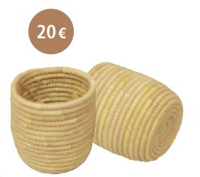 PETIT POT : Réalisés grâce à la technique du toron, cespetits pots ont la caractéristique d'être trèssolides. Vendus seuls ou en duo, ils peuventêtre utilisés sous diverses formes : pour lebureau comme pot à crayons, dans la cuisinepour ranger les couverts ou encore dans lasalle de bain pour les carrés démaquillants. Dequoi allier rangement et décoration bohème.Dimensions : Diamètre : entre 10 et 12 cm/ Hauteur : entre 10 et 12 cm