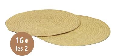 DUO DE SETS DE TABLE : Ce duo réalisé en feuilles de palmier tressées est idéal pouragrémenter les tables pour des repas en amoureux, en familleou entre amis. Sa couleur naturelle en fait un accessoire detable brut et chaleureux.Dimensions : Diamètre : 35 cm