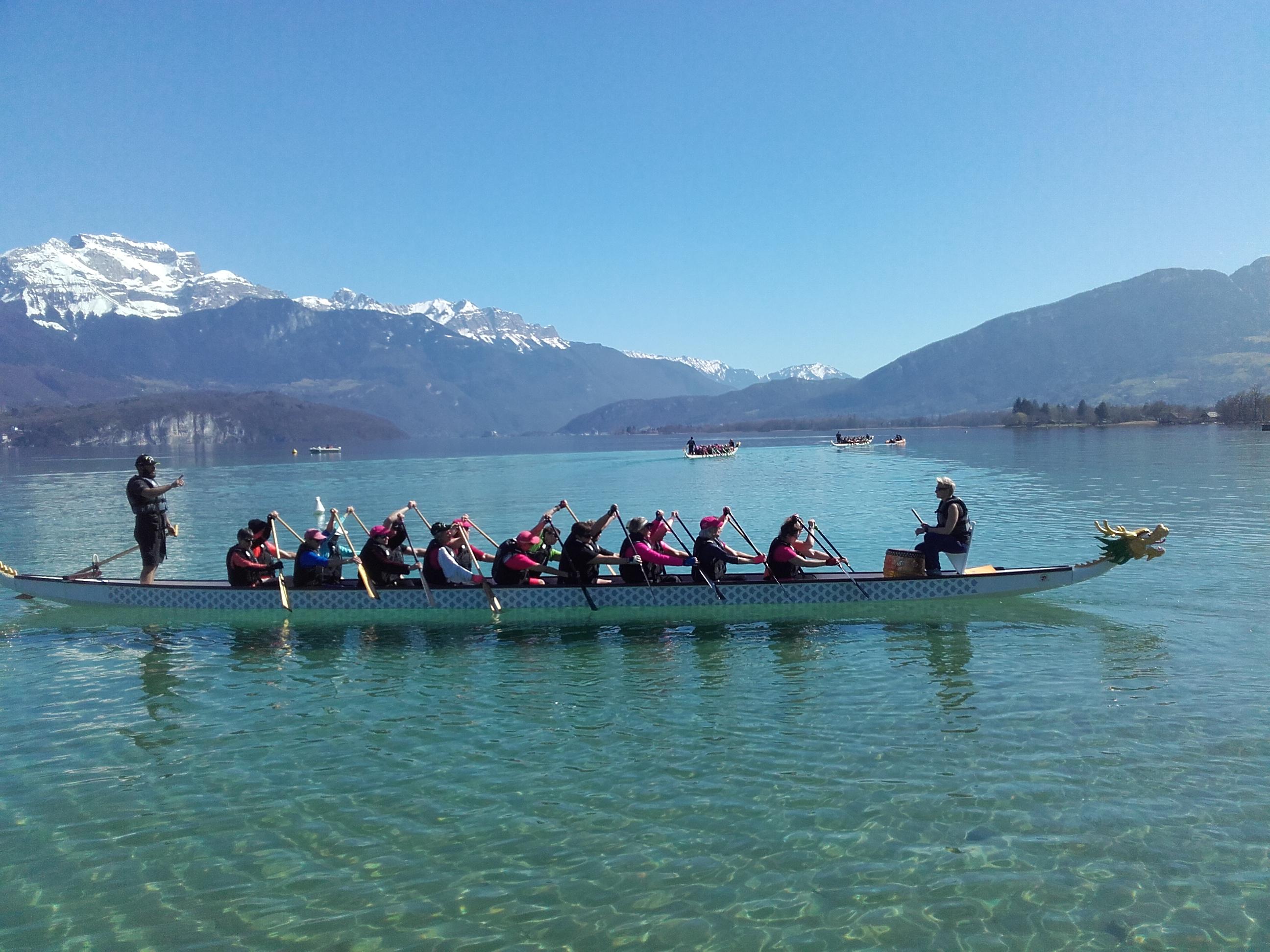 L'association Drôles de Rames s'entraînant sur le lac d'Annecy